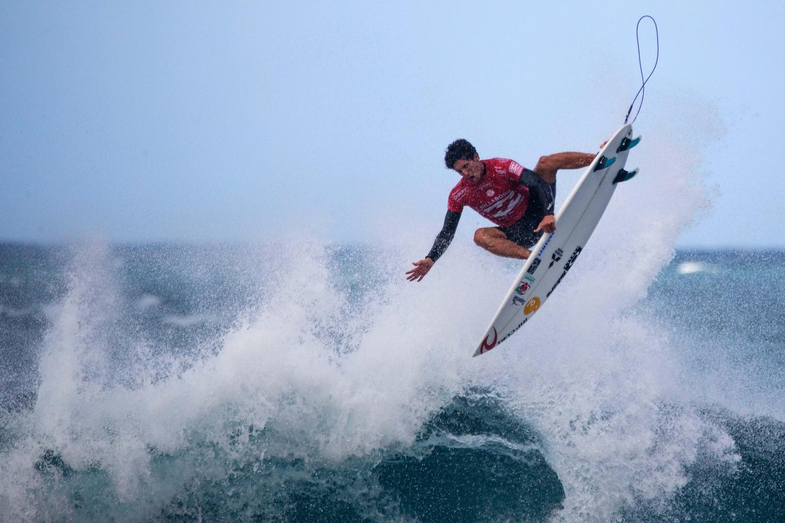 Gabriel Medina suste over bølgene under en konkurranse på Hawaii denne uka.