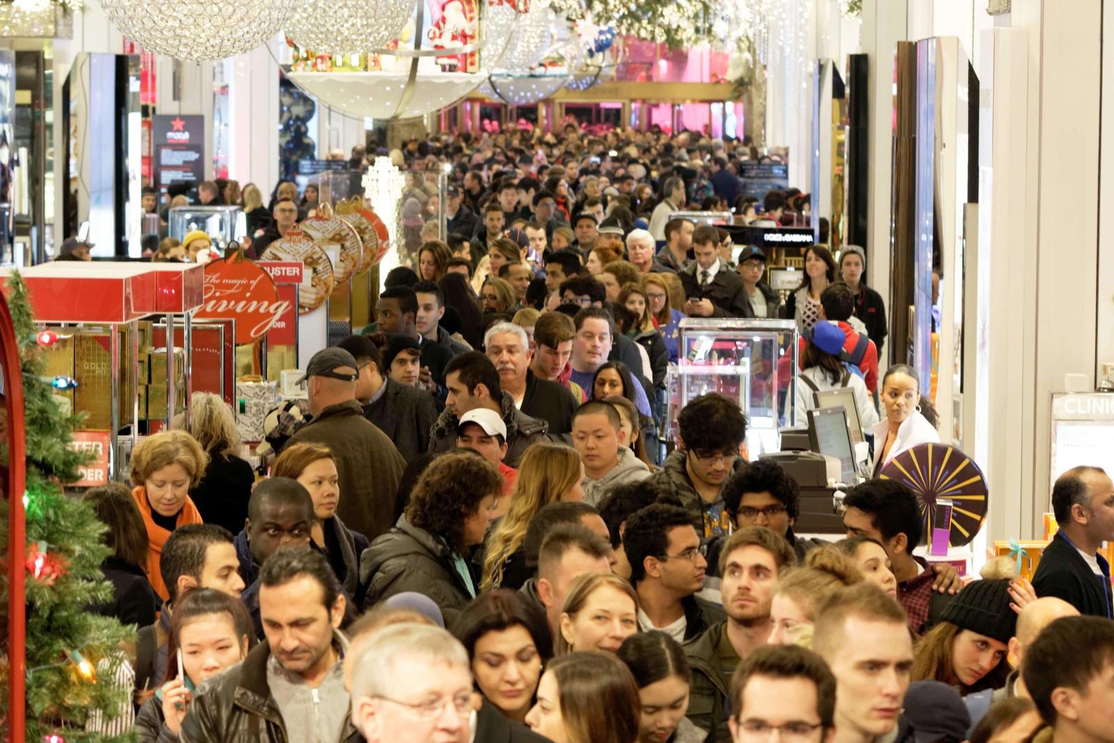 Handledagen «Black Friday» lokket til seg mange kunder hos Macys ved Herald Square, New York.
