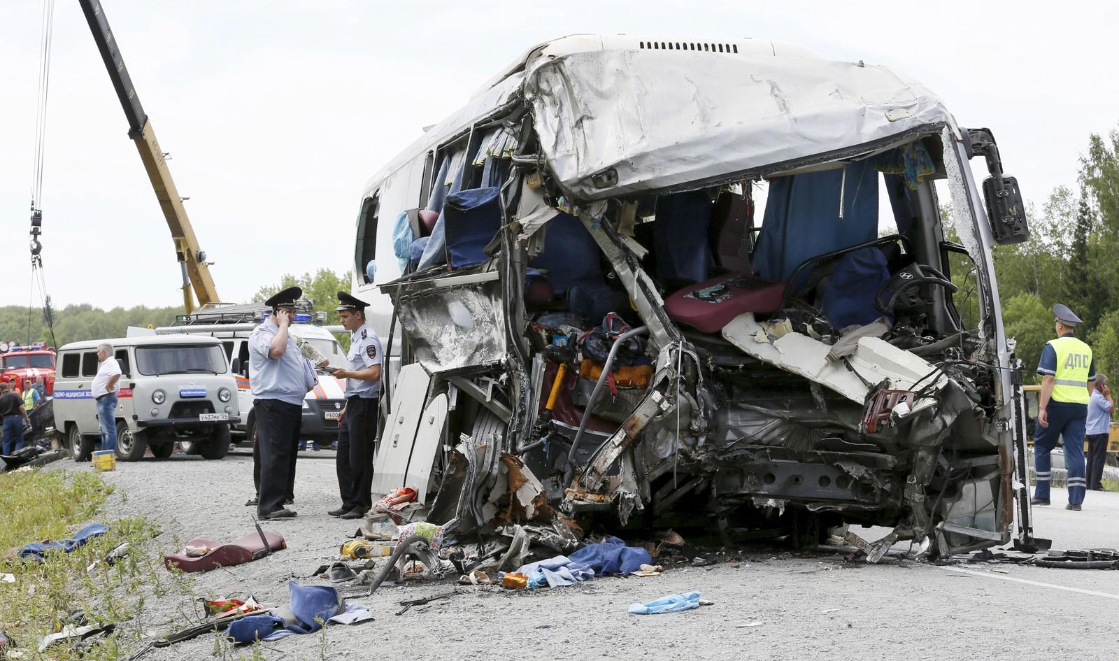 11 mennesker mistet livet og minst 28 ble skadd i denne fryktelige ulykken i Krasnoyarsk-regionen i Russland 22. juli. Bussen kolliderte med en lastebil på motorveien M53.
