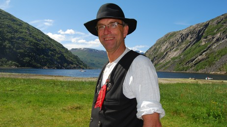 LEDEREN: Sommeren er også viktig for Vinterfestuka. Her er lederen, Steingrim Sneve, på historiske tufter i Rombaksbotn. Foto: Billy Jacobsen / NRK 2008