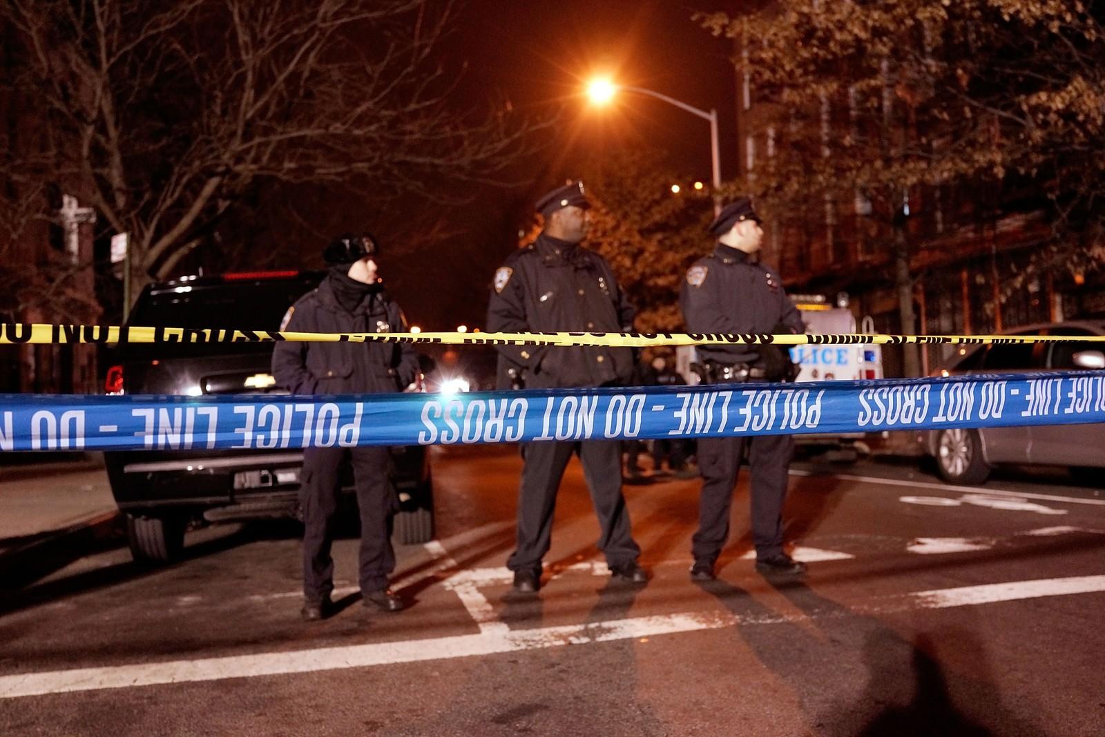 De to politimennene ble skutt og drept mens de satt i patruljebilen sin i Brooklyn i New York i 2.50-tiden (20.50-tiden norsk tid).