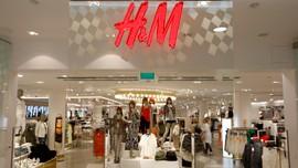Bildet viser Hennes og Mauritz logoen og inngangen til en av klesbutikkene. TV2 i Danmark har avslørt at kleskjeden brenner 12 tonn med ubrukte klær hvert år.