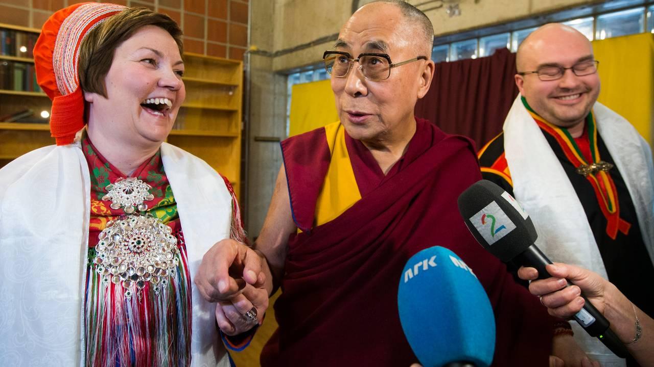 Aili Keskitalo møter Dalai Lama i 2015.