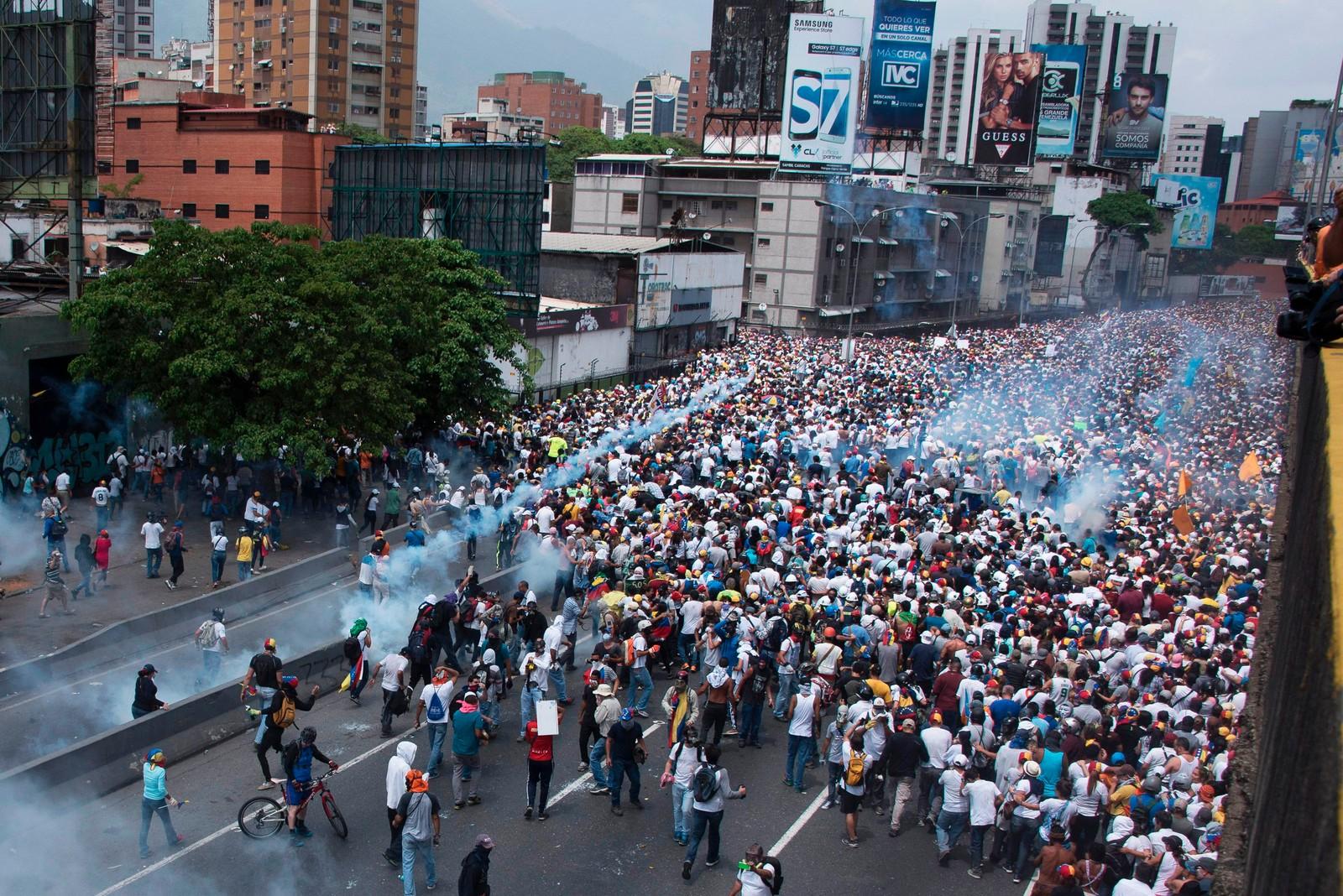 Flere hundre tusen demonstranter har tatt til gatene.