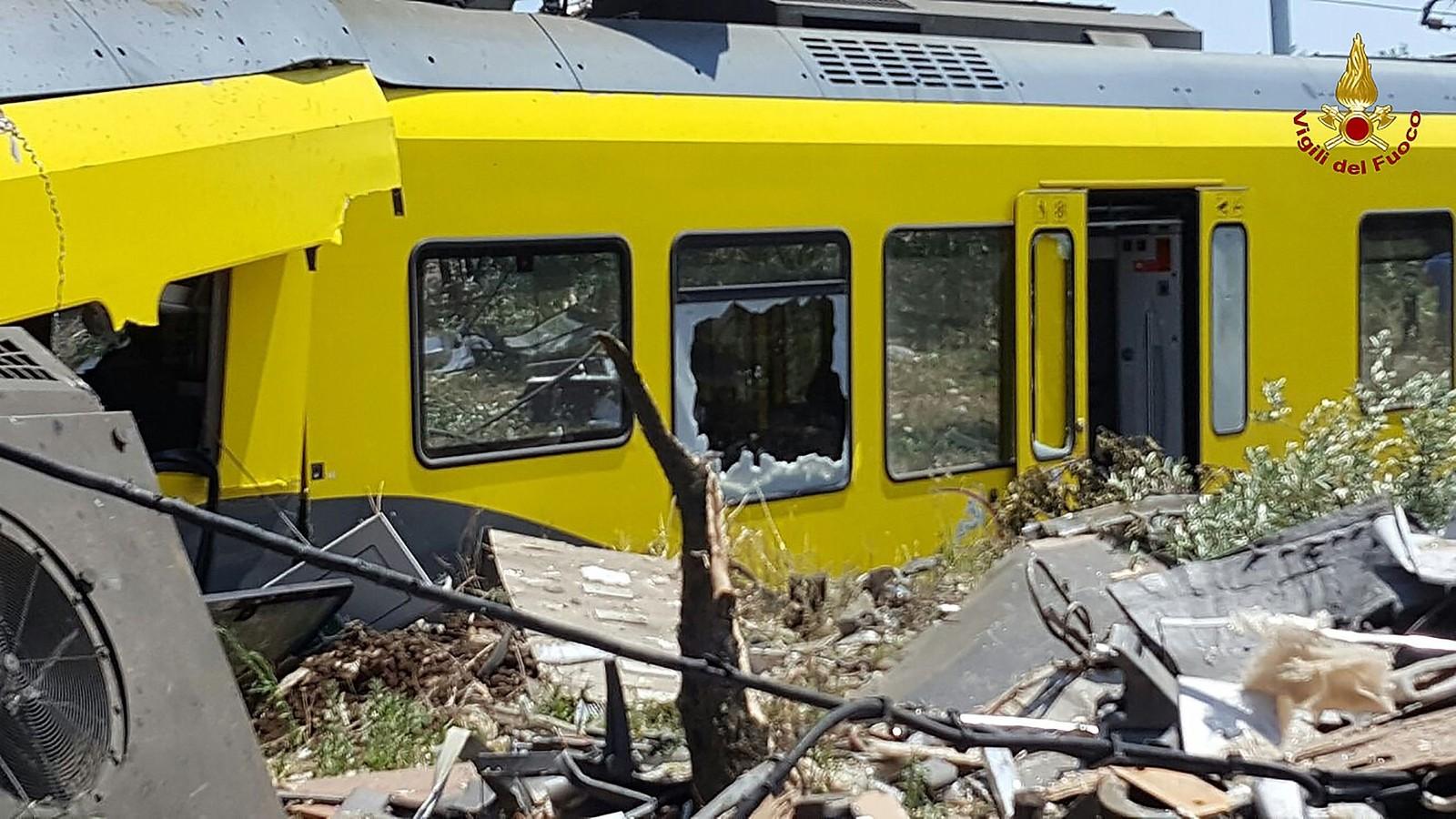 Nærbilde av de knuste vognene i togulykken ved Bari i Italia.
