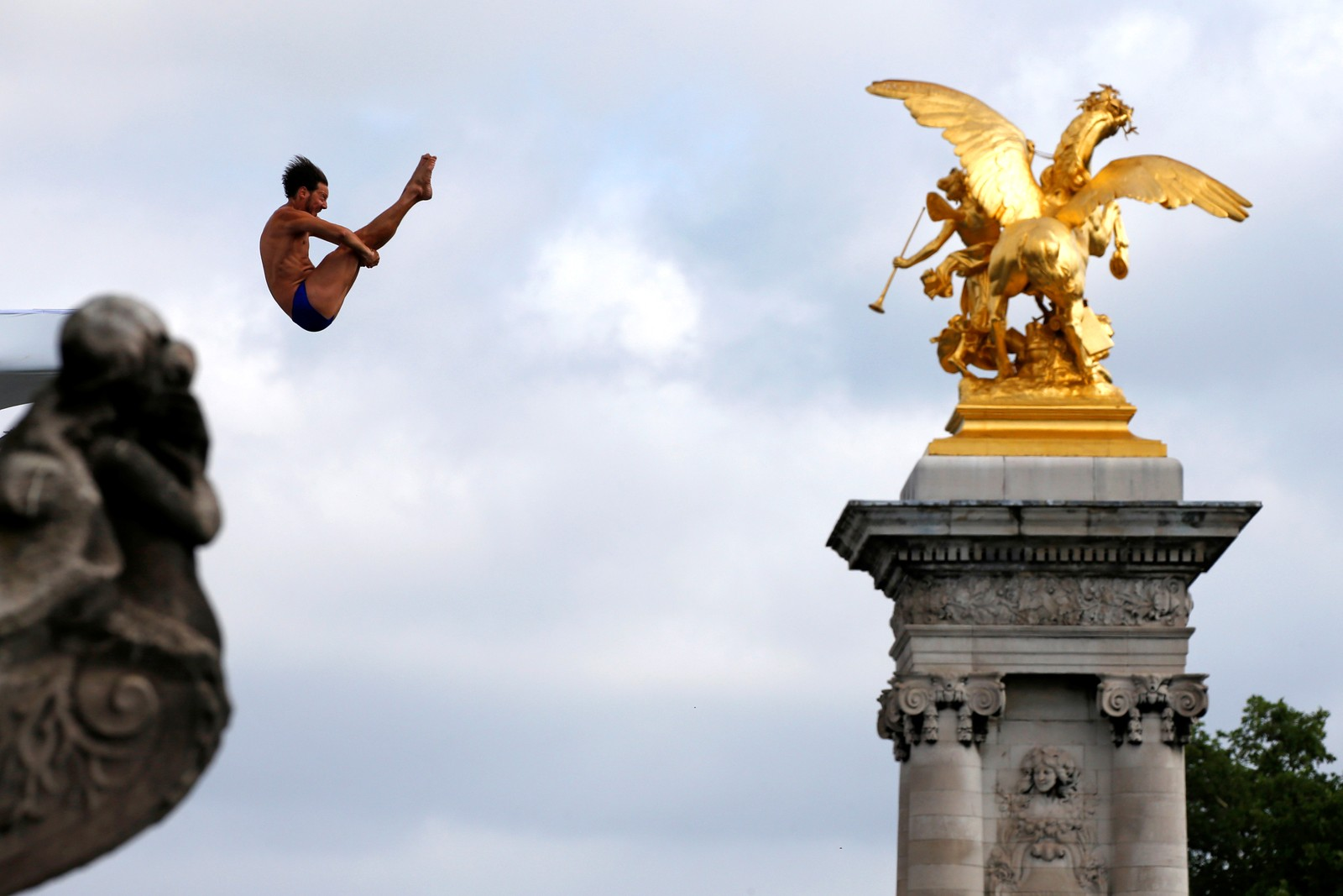 Et hopp i elven Seinen fra broen Pont Alexandre III i Paris.