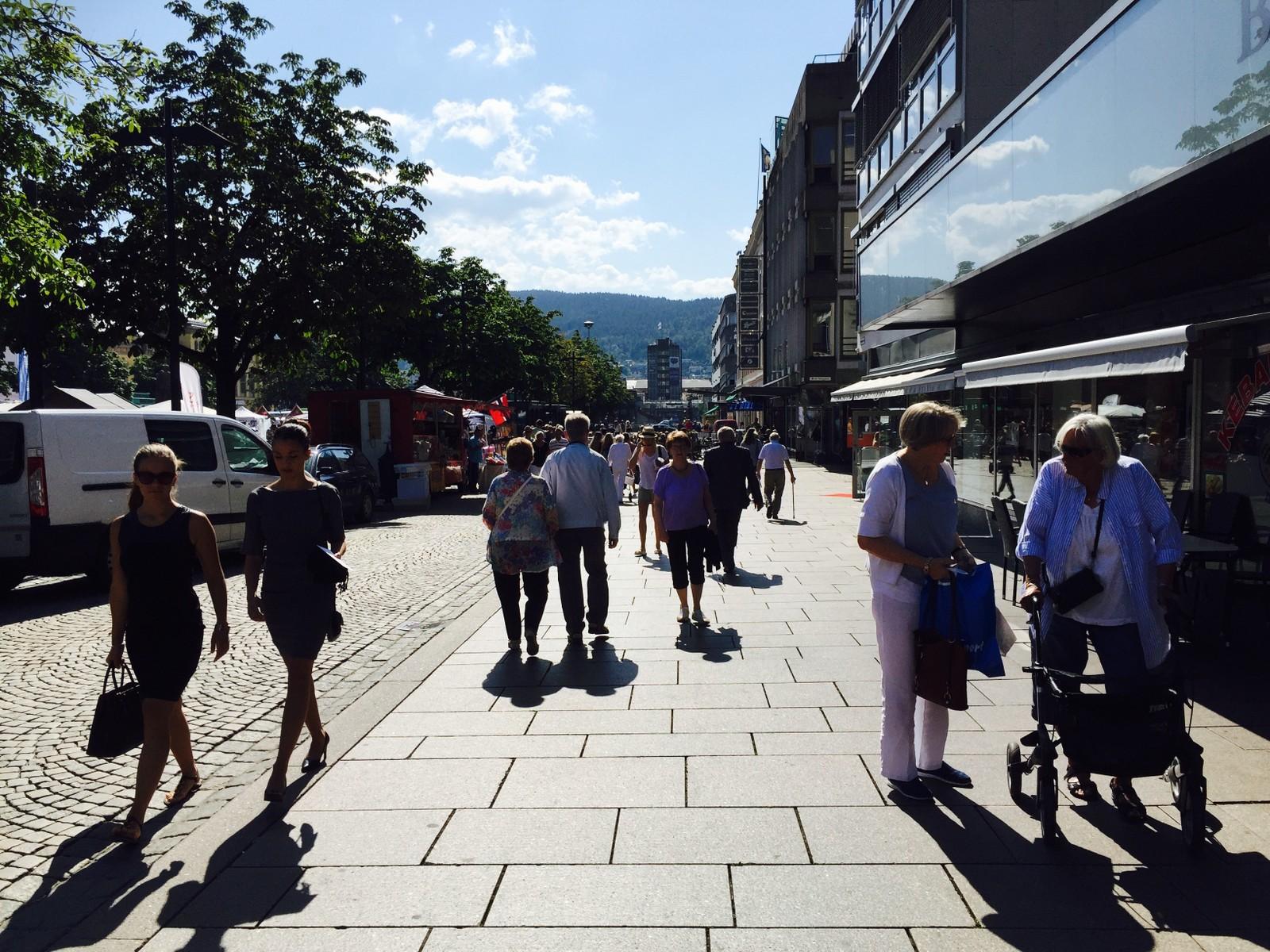Folk begynner å strømme til Drammen sentrum.