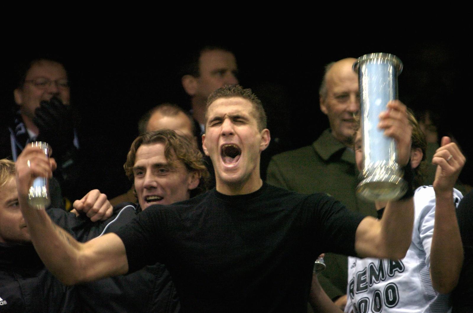 Azar Karadas jubler vilt etter at Rosenborg har sikret cupgullet etter 3-1 over Bodø/Glimt i 2003.