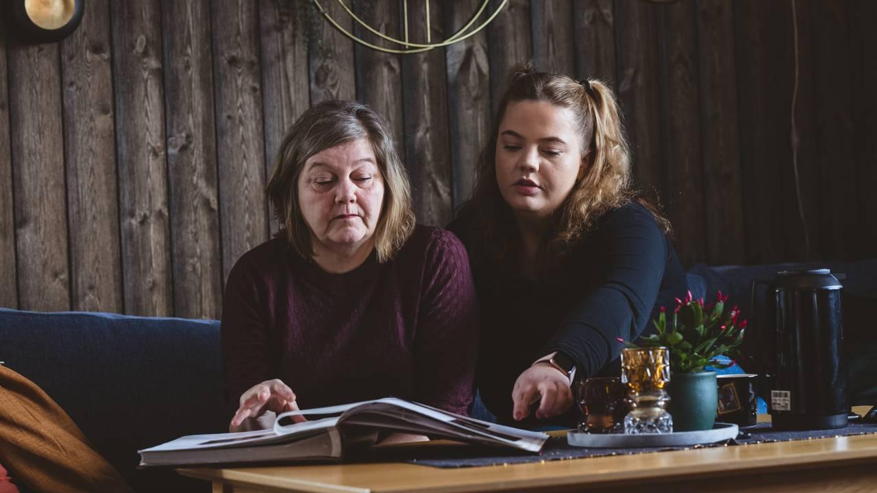 Sonja og mamma ser i fotoalbum