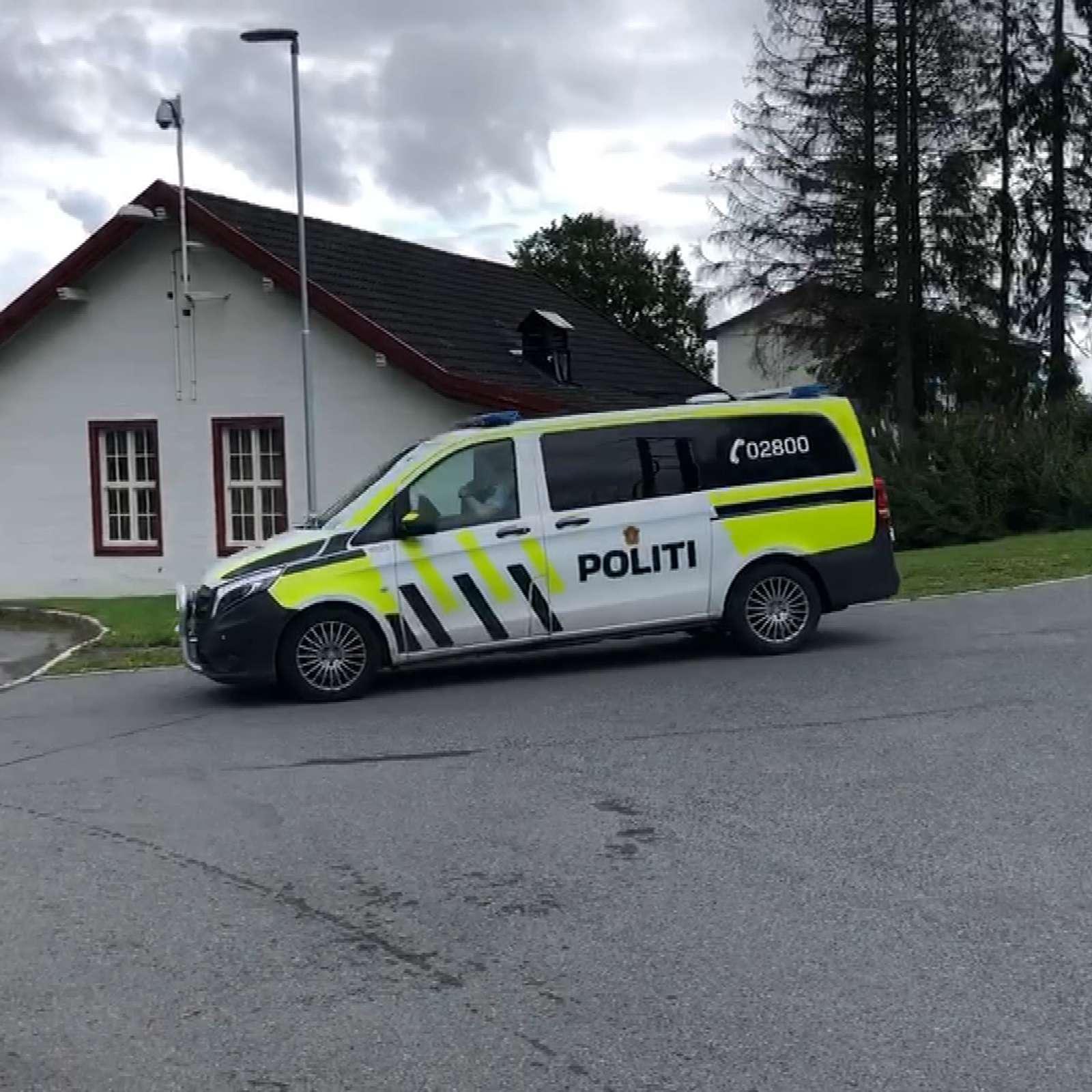 Bilde av politibil som kjører ut fra Ila Fengsel og Forvaringsanstalt