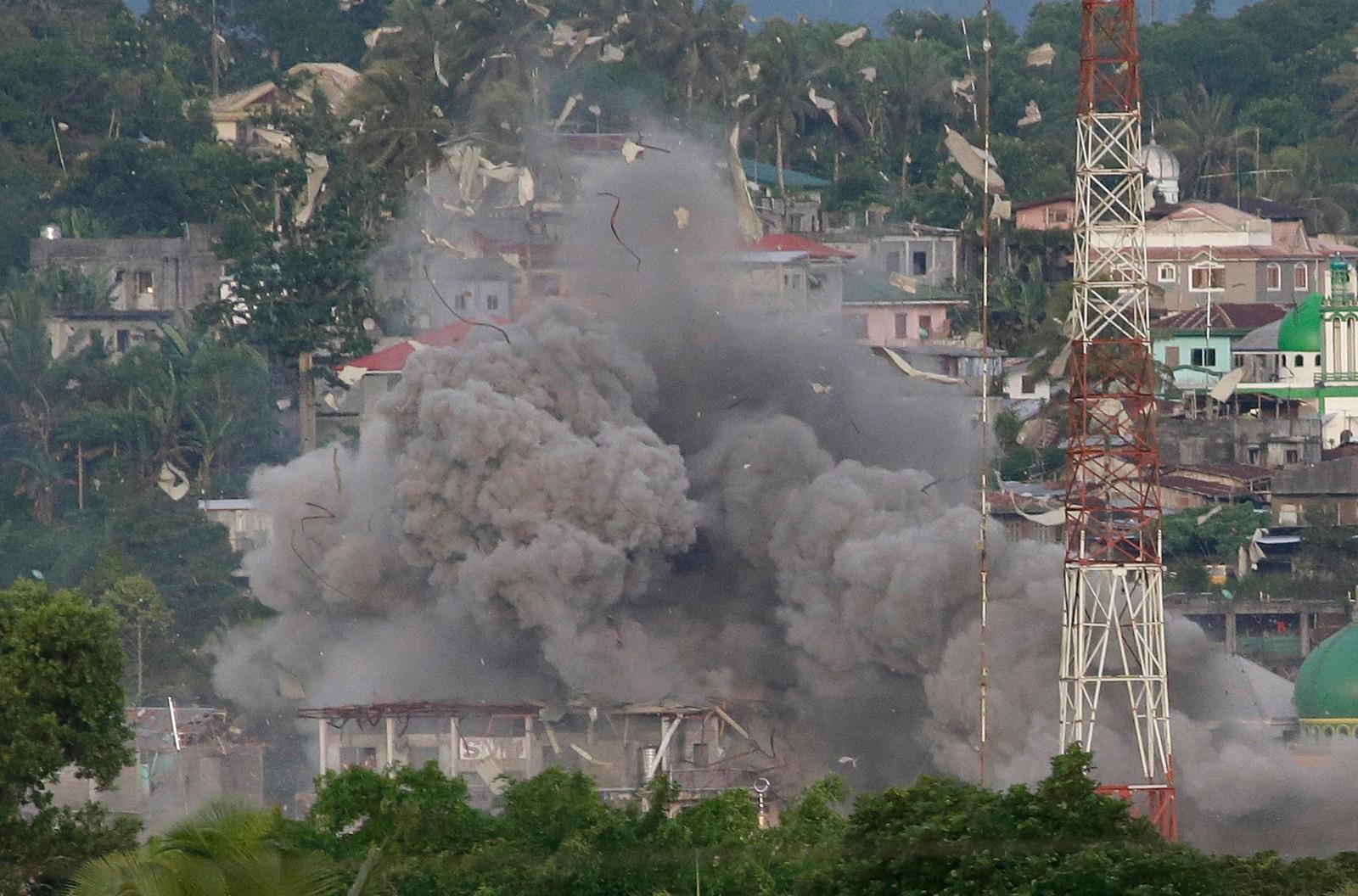 Det filippinske luftvåpenet angrep denne uka den sør-filippinske byen Marawi i kampen mot militante muslimer. Det er ikke kjent hvor mange som er fanget i byen, men militære kilder forteller til nyhetsbyrået AP at det kan være et sted mellom 150 og 1000 mennesker.