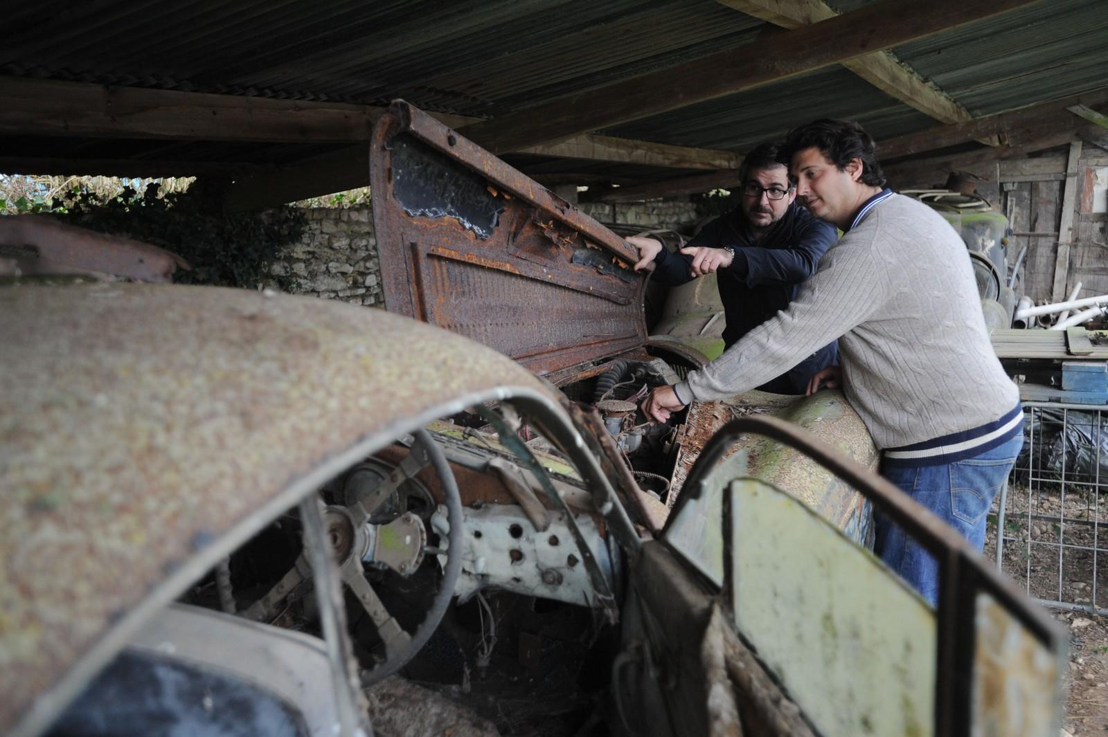 Pierre Novikoff (t.h.) og Matthieu Lamoure fikk tips om bilene i høst. Nå skal de auksjonere bort de beste bevarte.