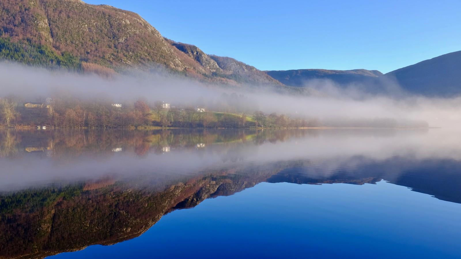 Tåken letter over Vatsvatnet i Vindafjord
