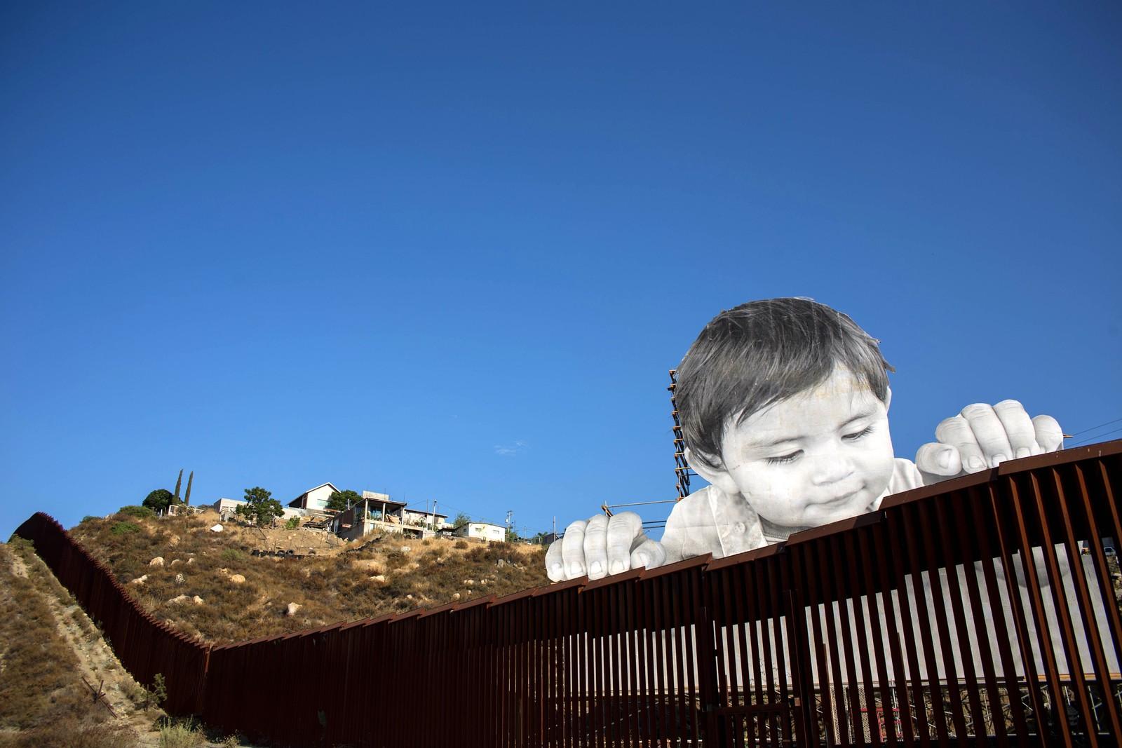 Et kunstverk laget av den franske kunstneren JR på grensen mellom USA og Mexico i Tecate i California.