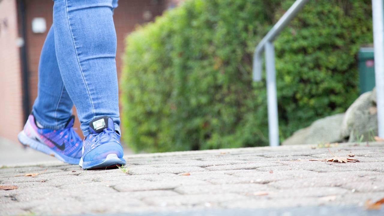 To blå joggesko ved toppen av en liten steintrapp