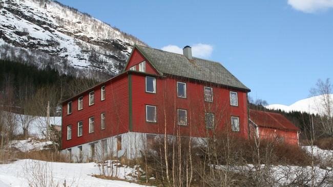 Gamleheimsbygningen på Helgheim, slik han tok seg ut i 2007. Opphaveleg var huset kvitt. Foto: Kjell Arvid Stølen, NRK.
