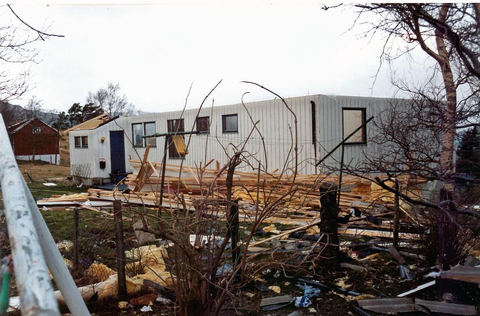 TAKET: Orkanen reiste med taket i 06-tida på 1. nyttårsdag 1992. – Det knaka då vinden løfta taket og reiste med det, fortel Karin Nyheim.