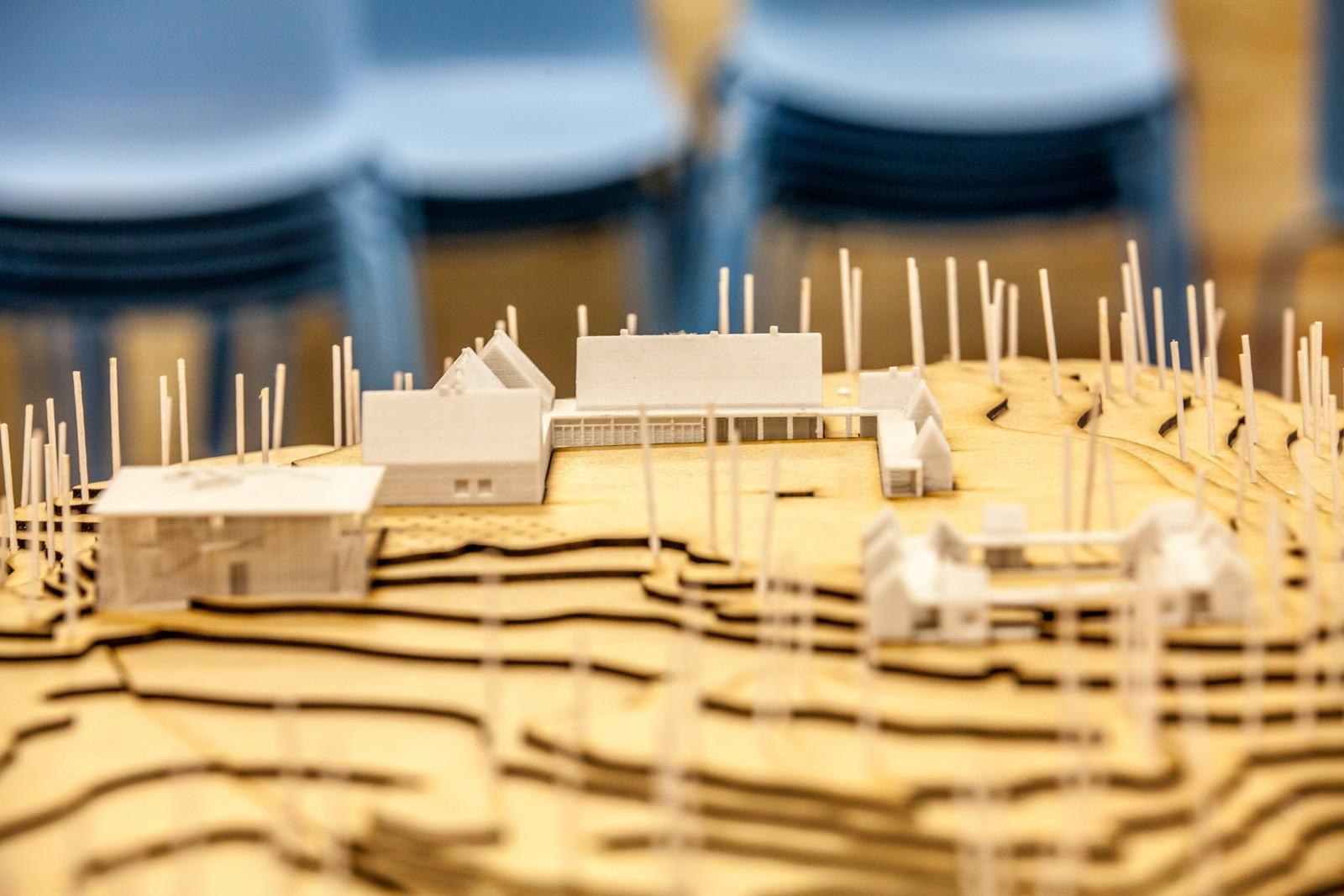 Inne i konferansesalen er det satt opp en modell av nye Utøya.