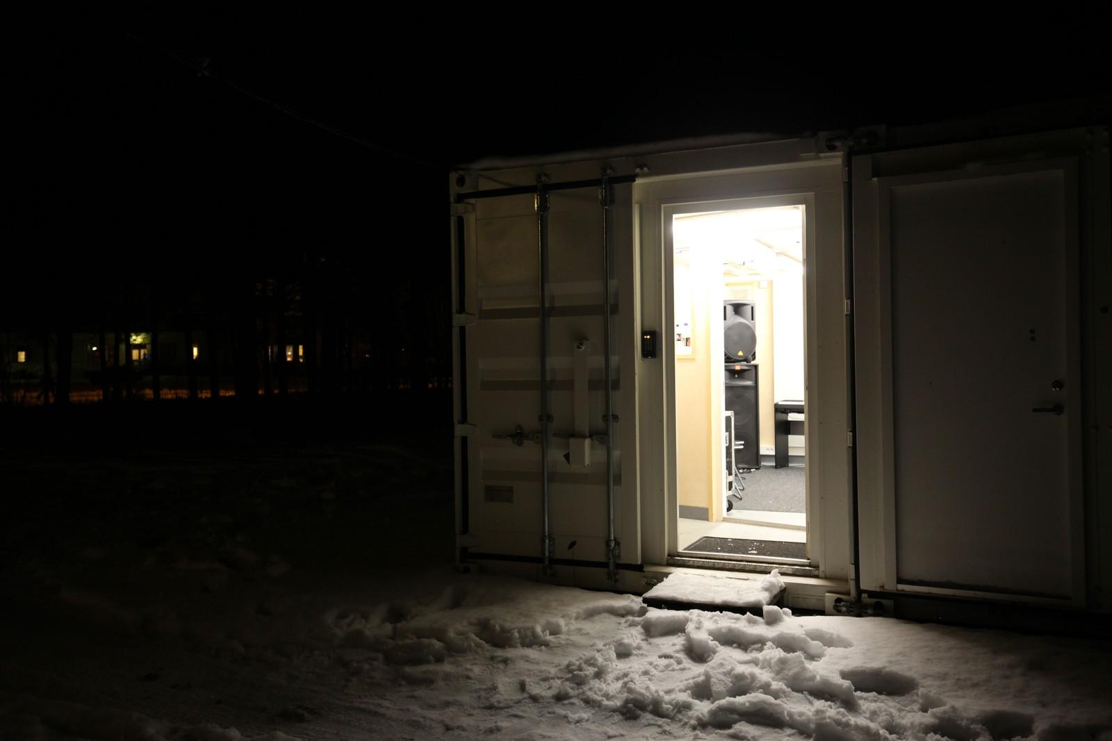 Saltdal kommune har investert i en rockebinge. Etter konsept fra ballbingene, er dette et øvingsrom for band og musikere som kan låse seg inn i en lydisolert, fullt utstyrt container med trommesett, gitarer og lydanlegg.