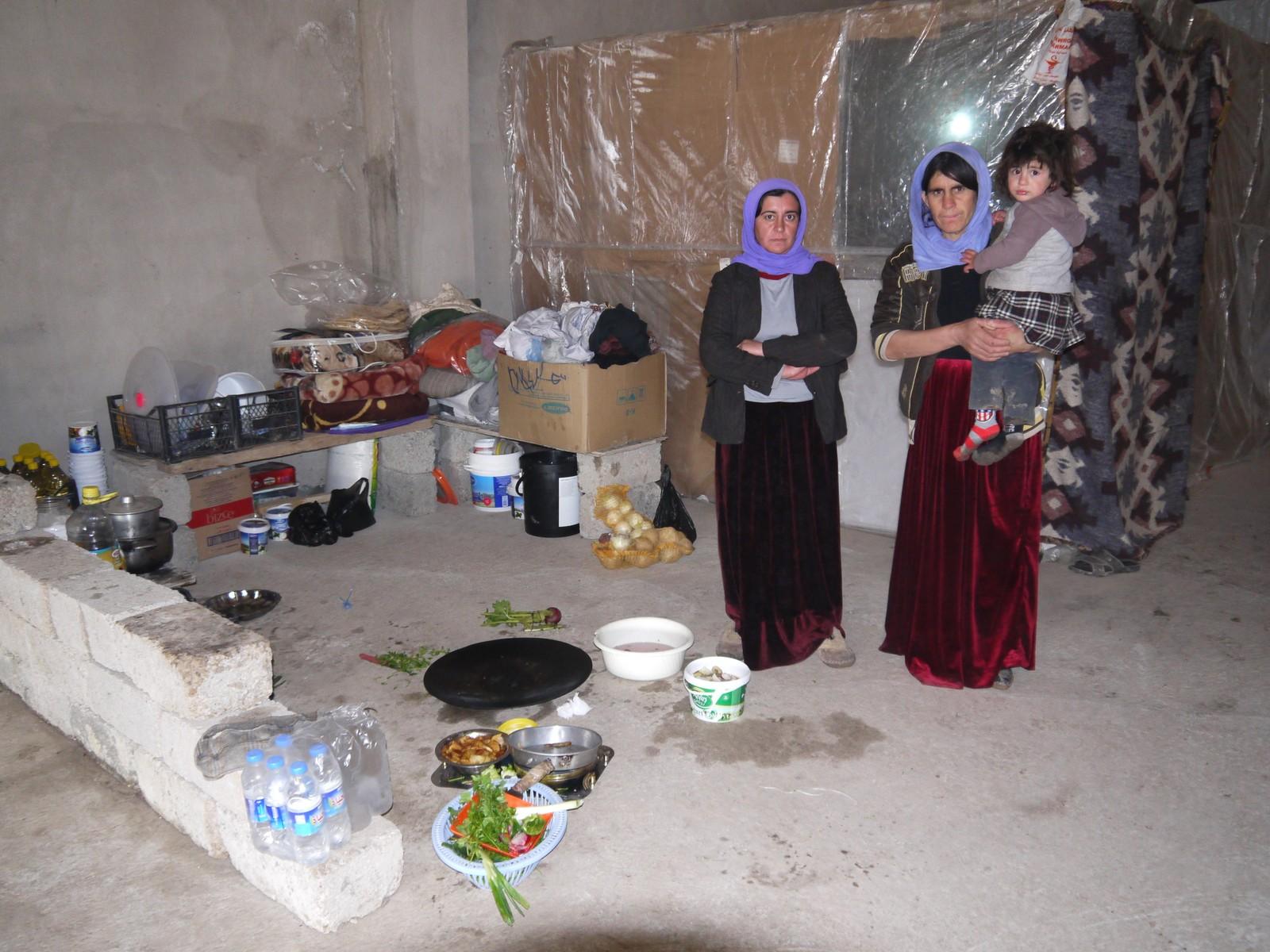 Å ta i bruk tomme bygningar har blitt ein måte å få livet til å fungere. Her har nokre mødrer laga seg eit kjøkken i ein forlaten bygning.
