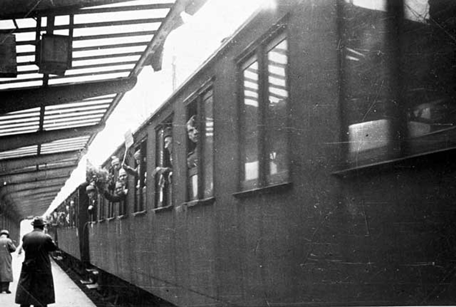 FANGERETUR: Grinifangene ankommer Bergen stasjon.