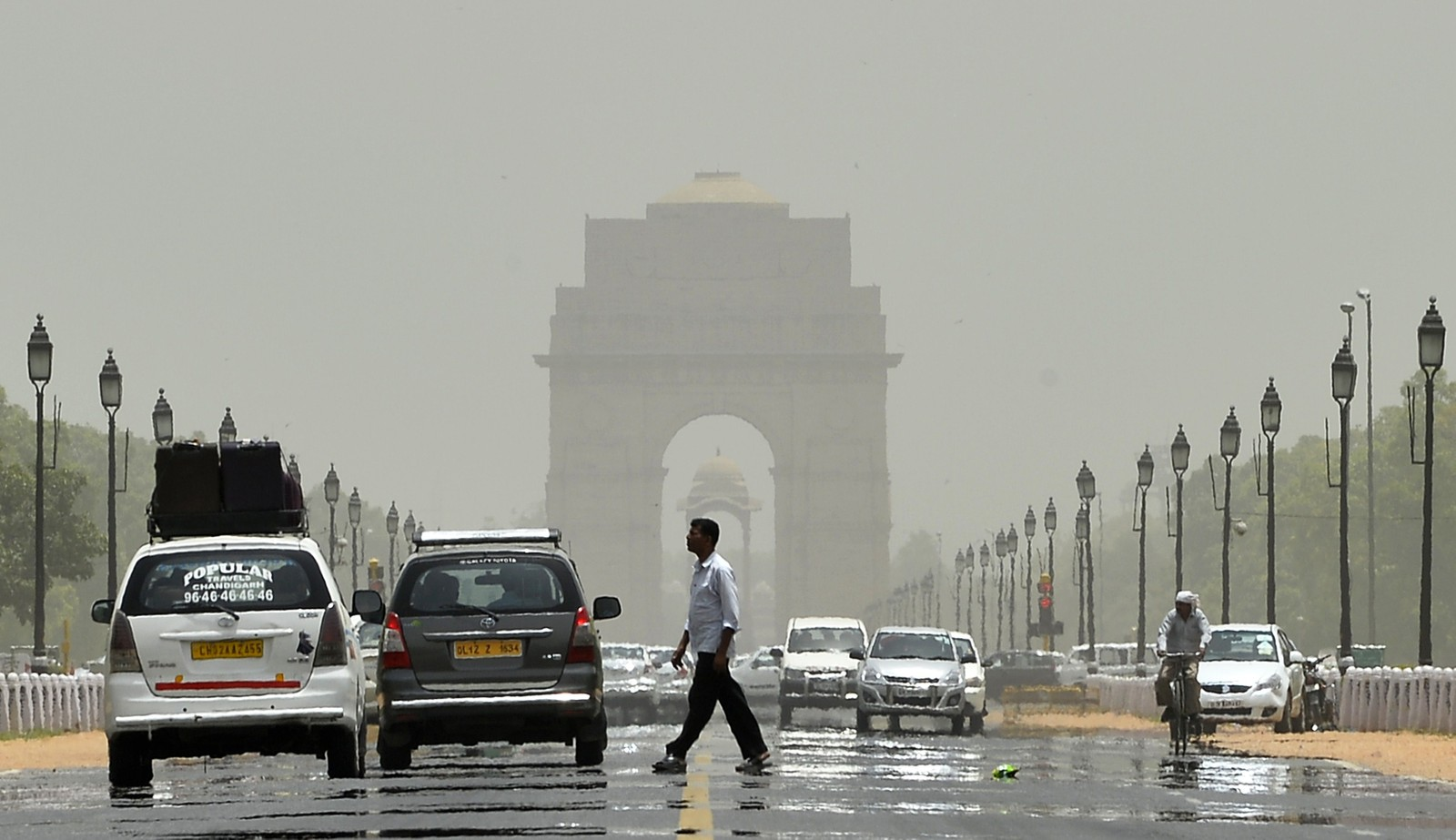 Hetebølgen får asfalten til å smelte i New Delhi. Dette bildet er tatt ved India Gate.