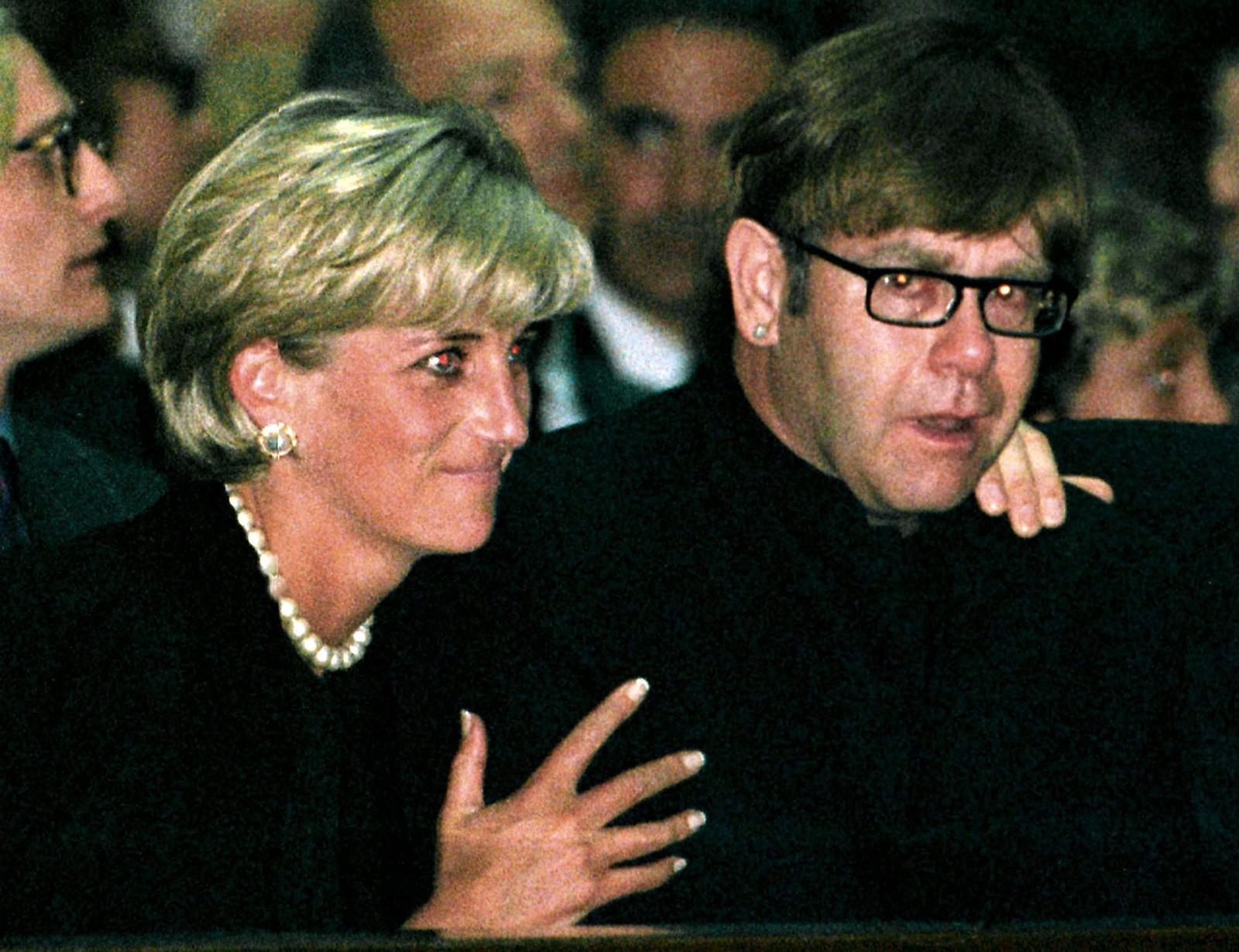 1997: Prinsesse Diana trøystar ein gråtande Elton John under minneseremonien for den italienske moteskaparen Gianni Versace i katedralen i Milano 22. juli.