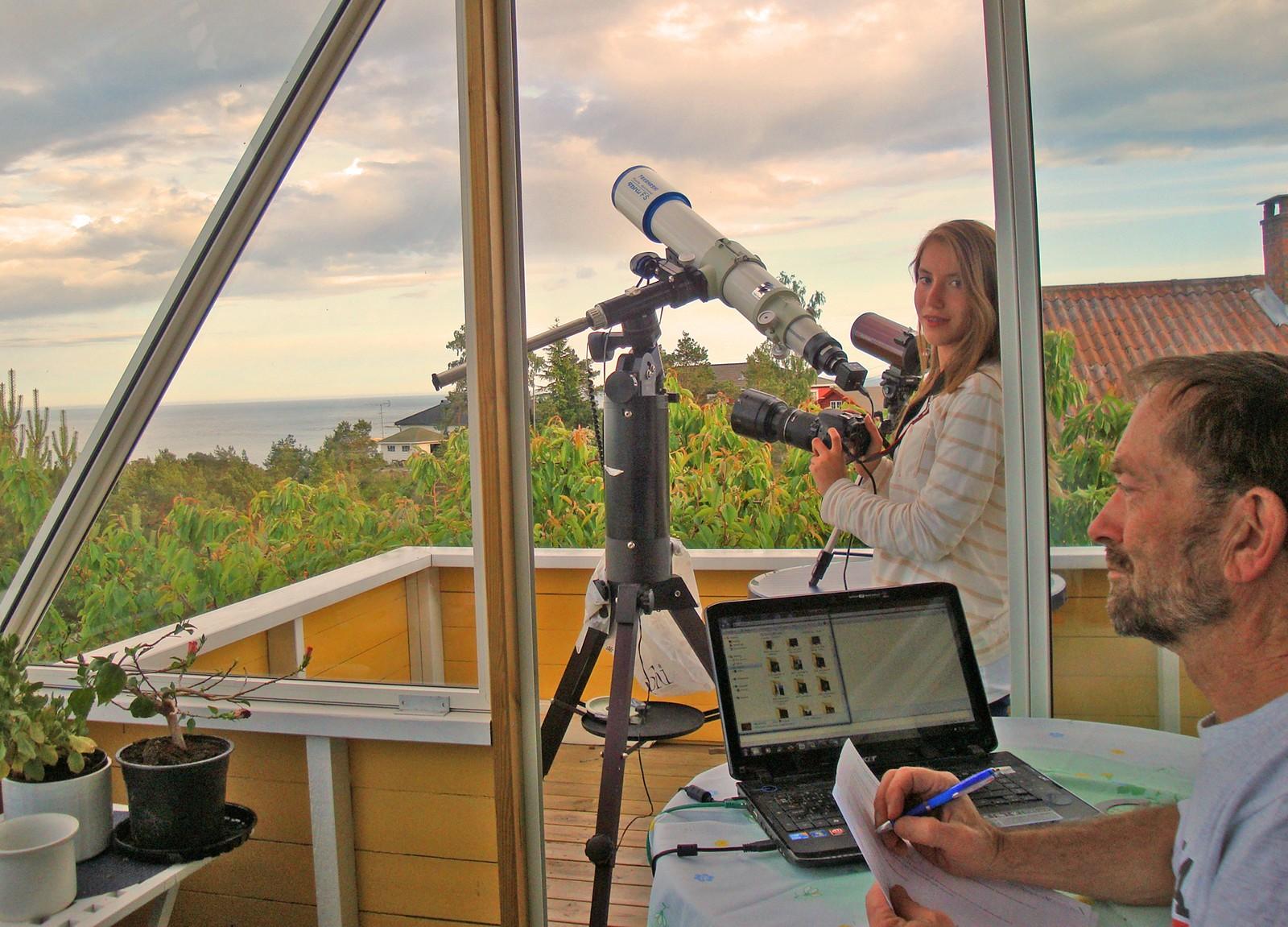 Far og datter Lewis og Leslie Houck i Risør venter på måneformørkelsen i august 2011.
