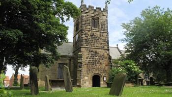 Midt i den lille landsbyen står St. Thomaskirken i Brompton, fem mil nord for York.