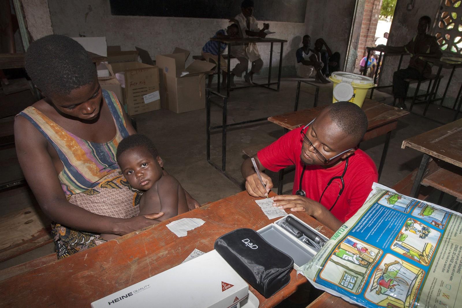 En mor og hennes barn registreres ved et provisorisk tilfluktssted.