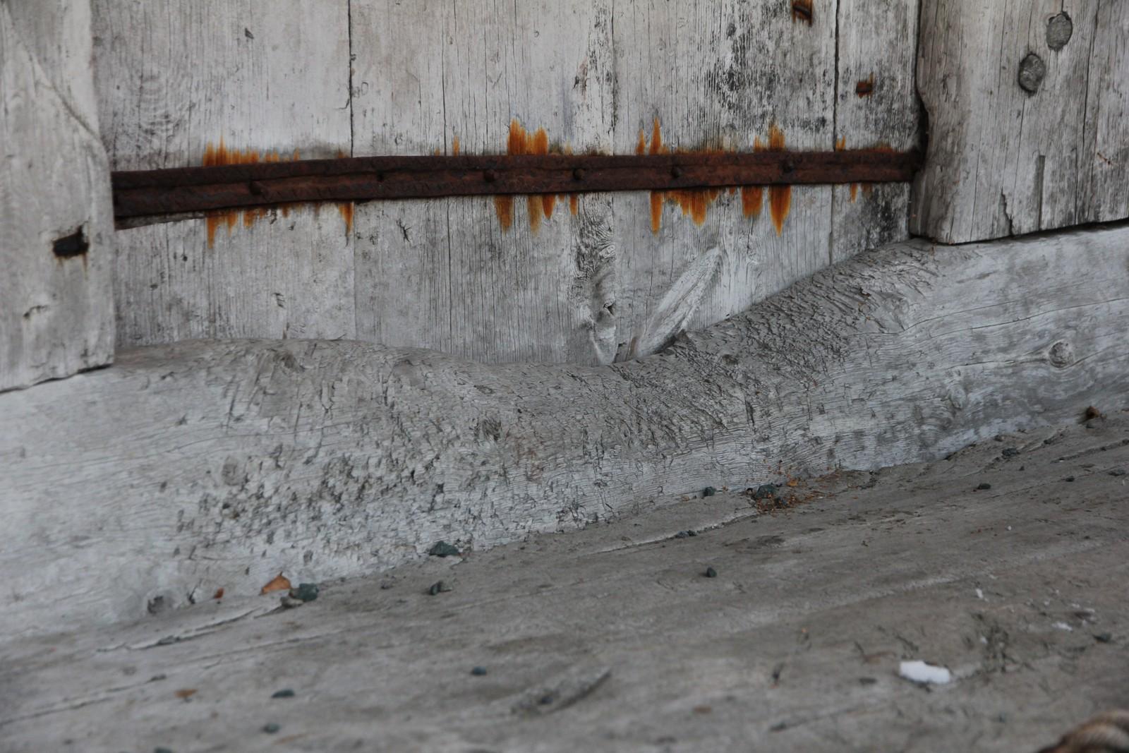 Dørstokken på Stålekleivloftet er godt slitt. 28 generasjoner kan ha tråkket over her.