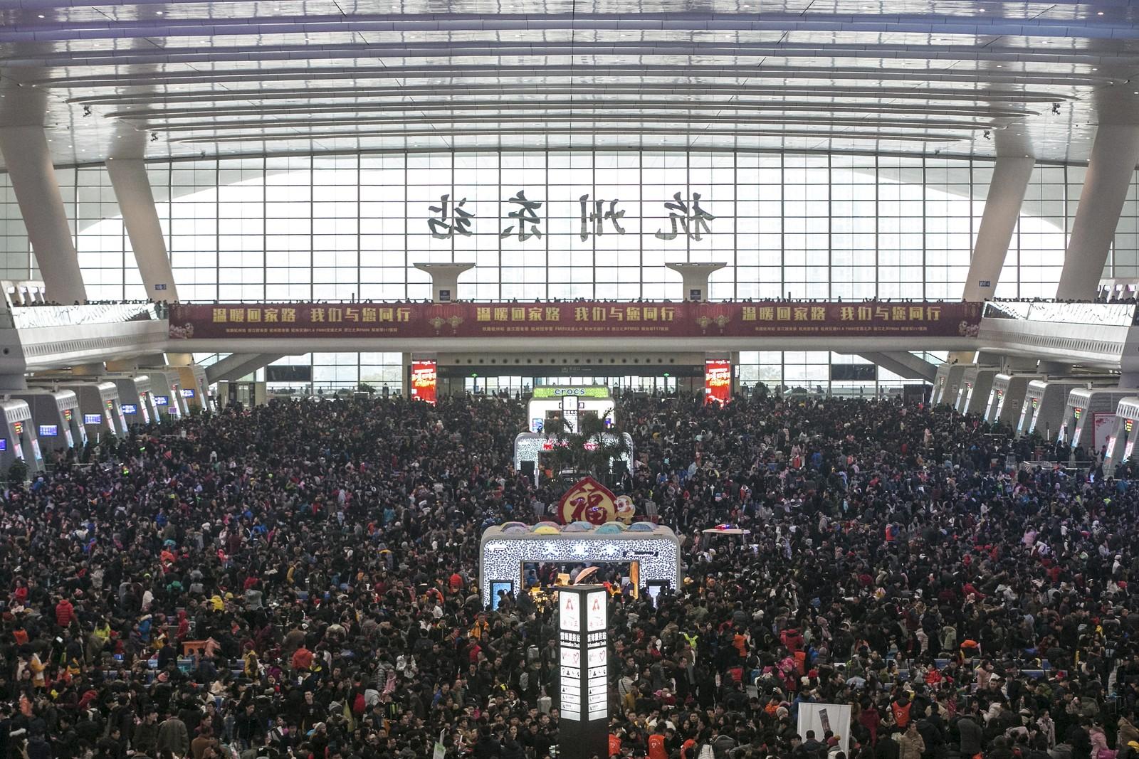 Titusener av passasjerer venter på en togstasjon i Hangzhou i Zhejiang-provinsen. Togforsinkelsen, som oppsto på grunn av mye snø, kom ubeleilig nok midt i den såkalte vårfestivalen, da mange skal ut og reise.