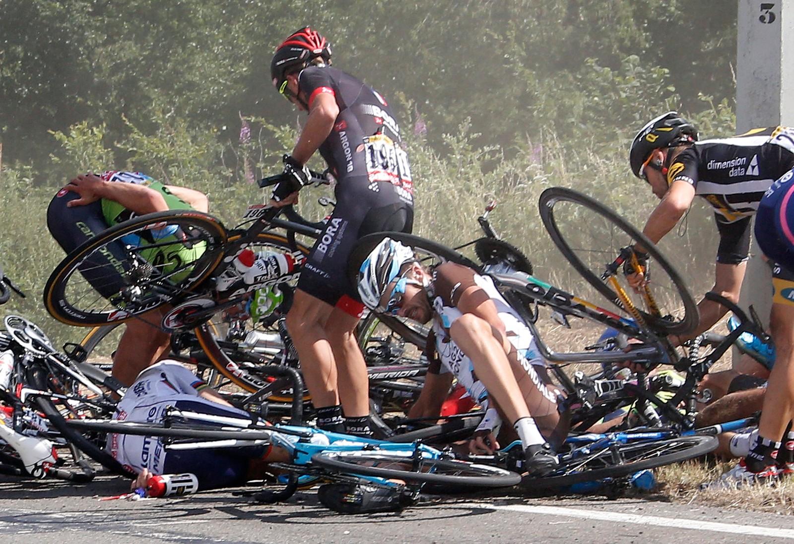 Hjul, rammer og ryttere overalt på den tredje etappen.