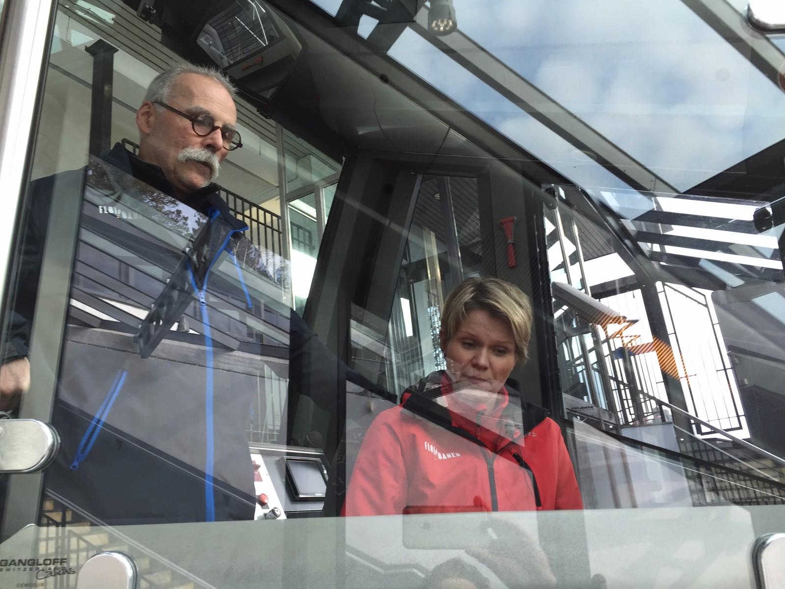 FÅR INSTRUKSJON: Direktør Anita Nybø får instruksjon av den erfarne vognføreren Oddvin Rye, som har jobbet på Fløibanen i over 30 år.