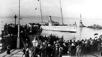 """Kongeparet kommer til Trondheim med """"Heimdal"""" og legger til ved elveutløpet på Brattøra"""