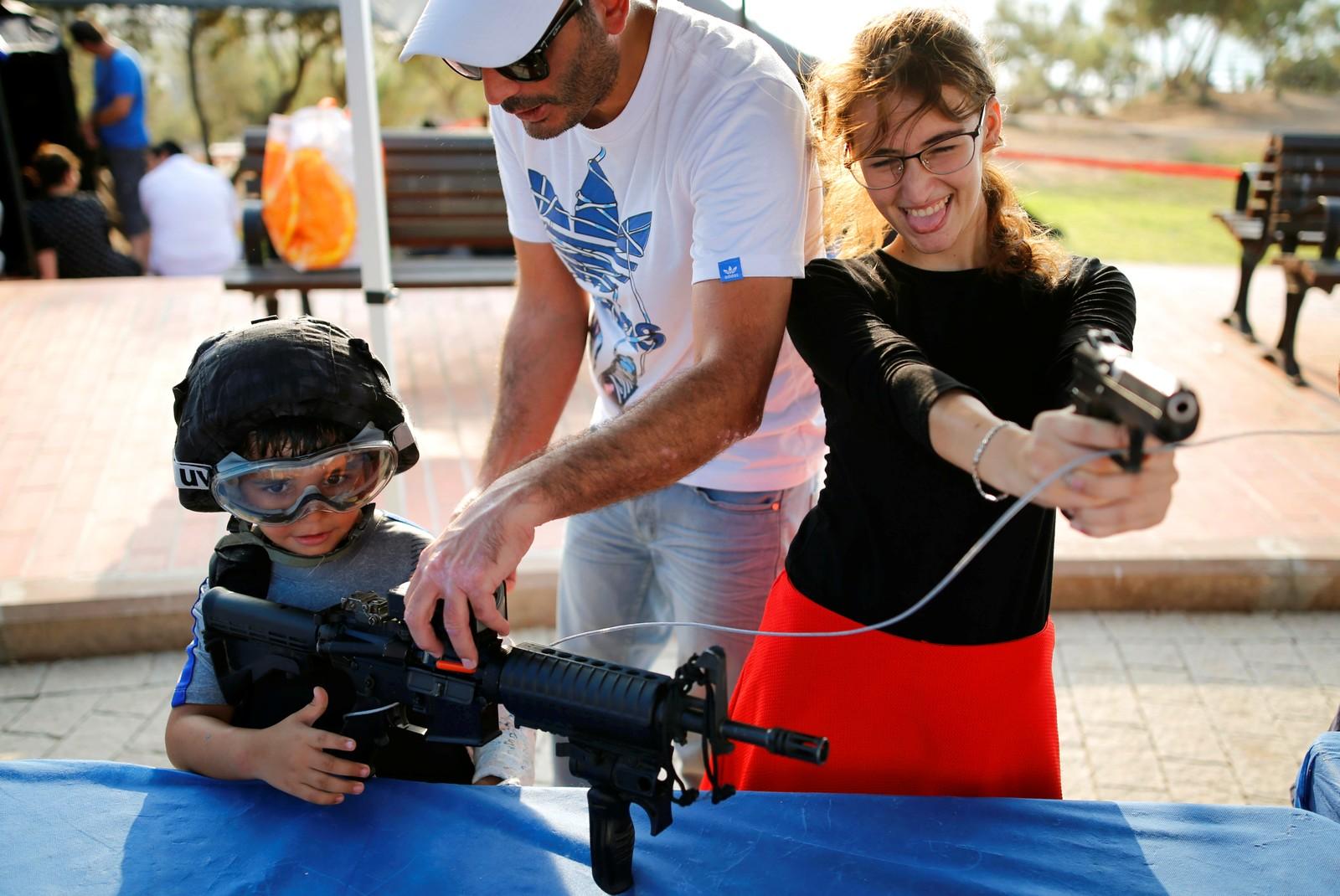 """Både voksne og barn fikk lov til å leke med våpen under politiets """"åpne dag"""" i Ashdod i Israel den 29. august."""