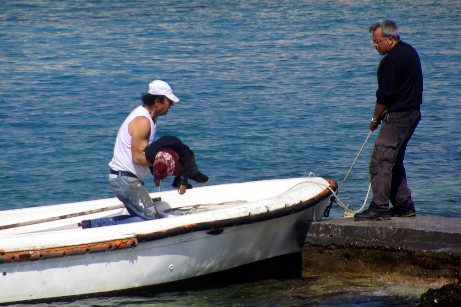 Tre båtflyktninger druknet ved Rhodos 20. april 2015: En mann, en kvinne og et barn.
