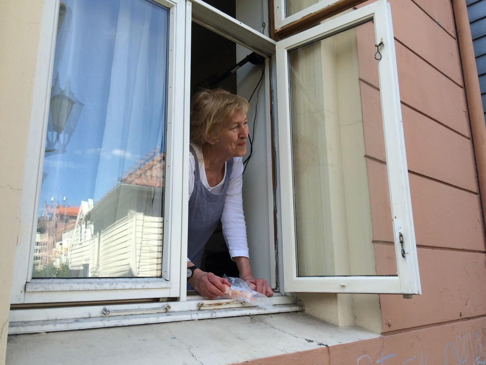 FØLGER MED: Fra kjøkkenvinduet i Sydnessmauet følger Sanja med på måkekyllingen.
