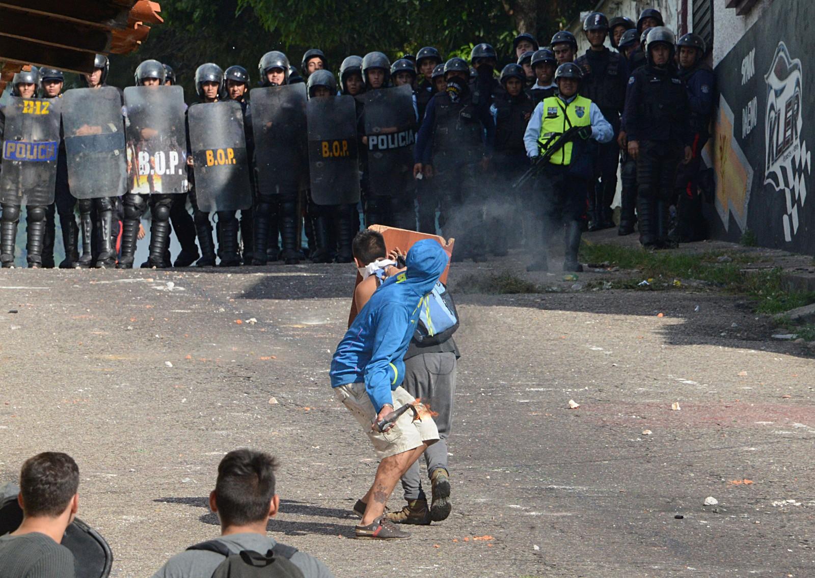Studenter som demonstrerer mot presidenten havnet i voldelige sammenstøt med opprørpoliti i San Cristobal 24. oktober.