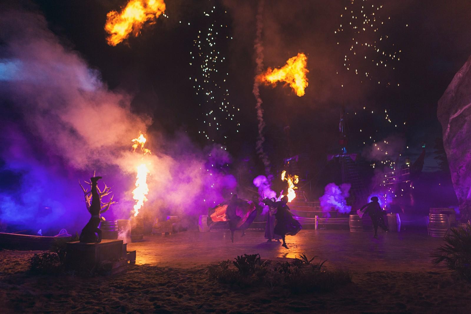 FLAMMER: Pyroteknikken lyser opp sørlandsnatten og utgjør et spennende innslag, men bør kanskje vike til fordel for skuespillerutfoldelsen, mener NRKs anmelder.