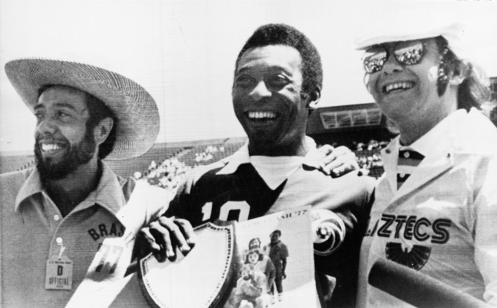 1977: Sergio Mendes, Pele og Elton John poserer før avspark i ein fotballkamp i Los Angeles 2. juli.