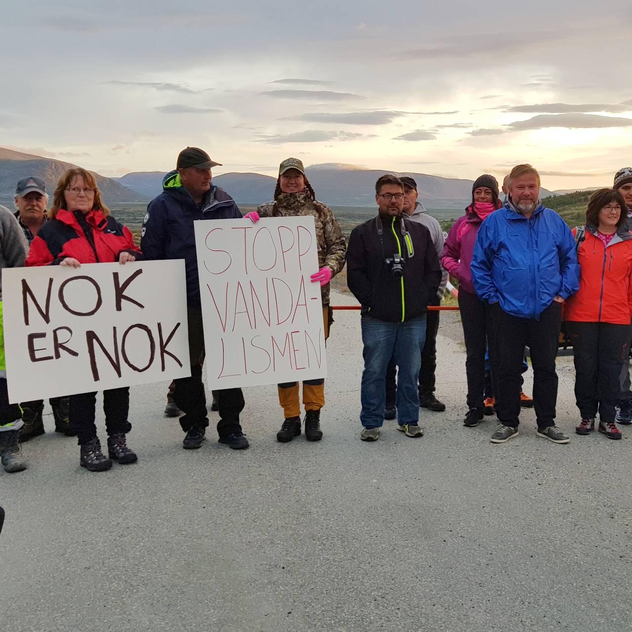 Protesterer mot riving av setrene på Vesllie, Hjerkinn