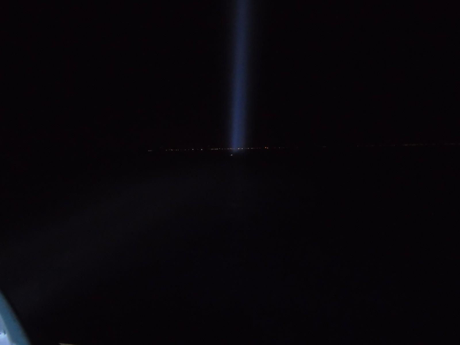 Lyskastaren frå eit redningshelikopter har oppdaga Fatima i havet. Den lyse prikken rett framfor lyset frå lyskastaren er henne.