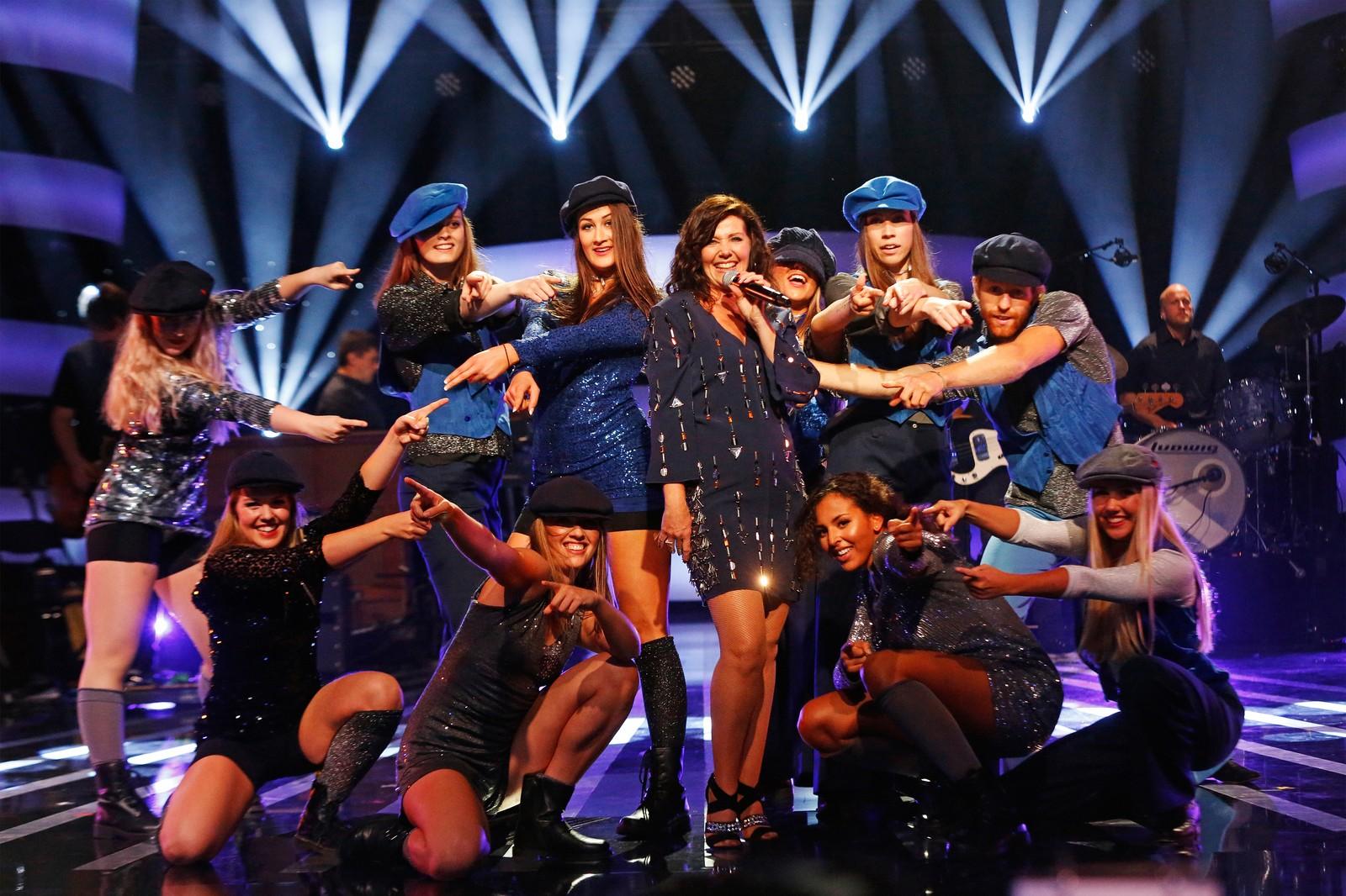 Kate Gulbrandsen med danserne sang musikk av The Jackson 5.