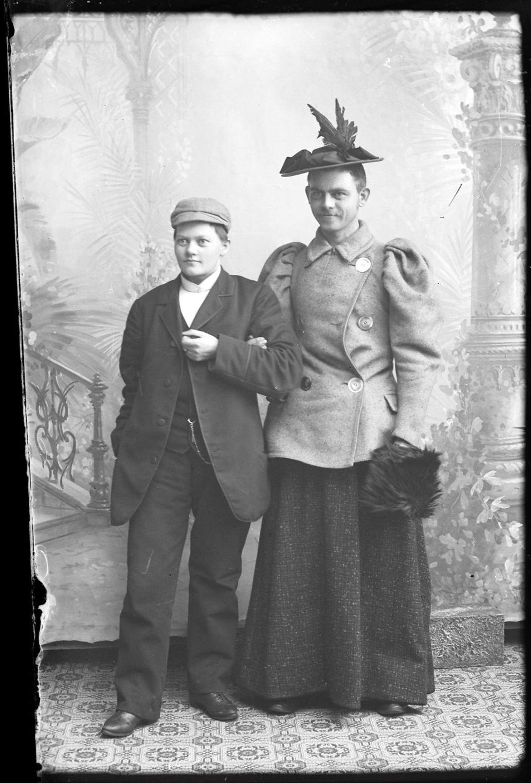 ROLLEBYTTE: Marie Høeg poserer med en ukjent mann.