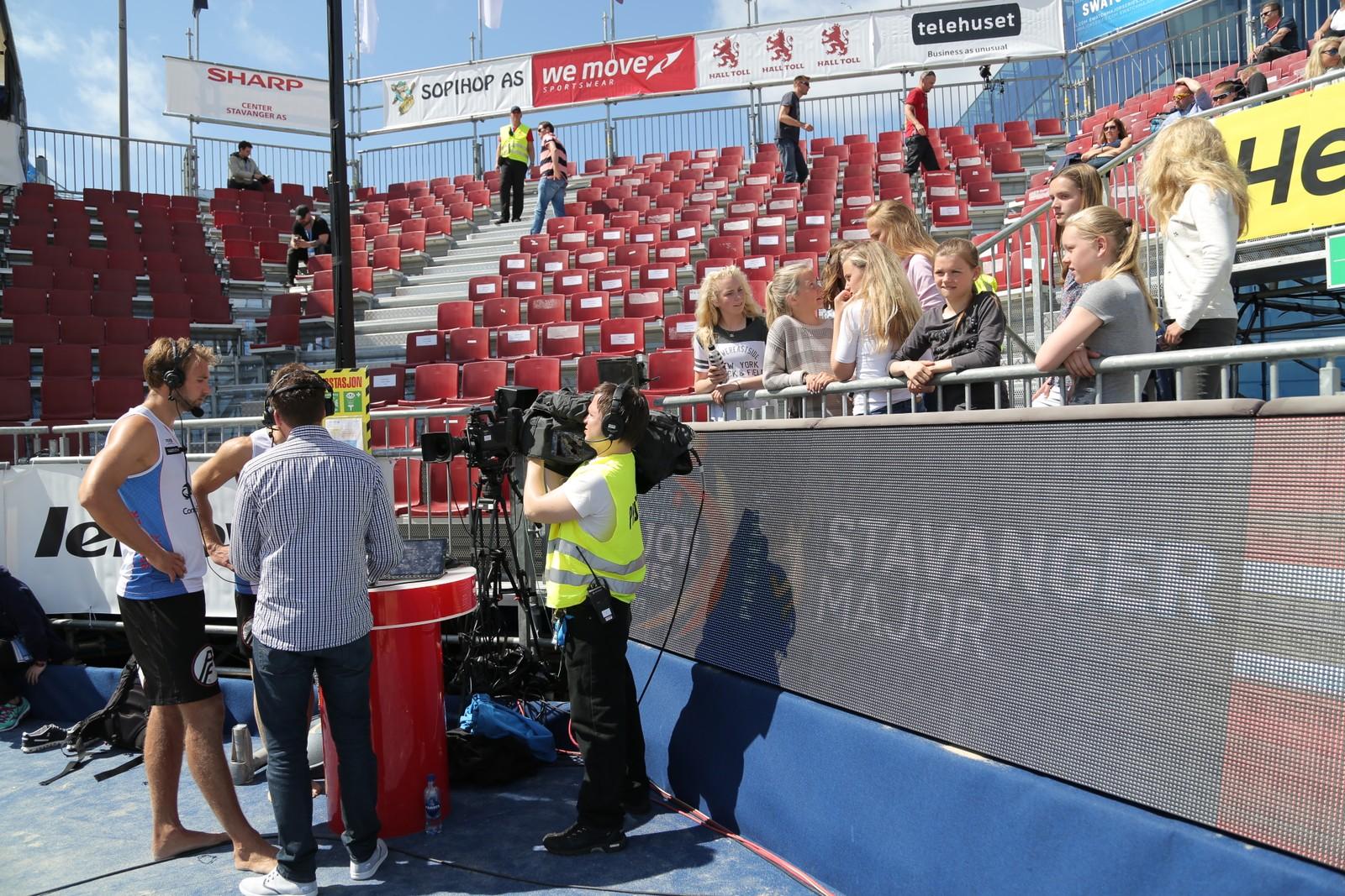 Iver Horrem og Geir Eithun har mange fans på tribunen. Her følger noen av dem nøye med på intervjuet med VGTV etter kampen.