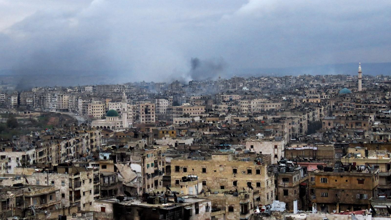 Røyk stiger fra bygninger i Aleppos sørøstlige del al-Zabdiya neighbourhood 14.12.