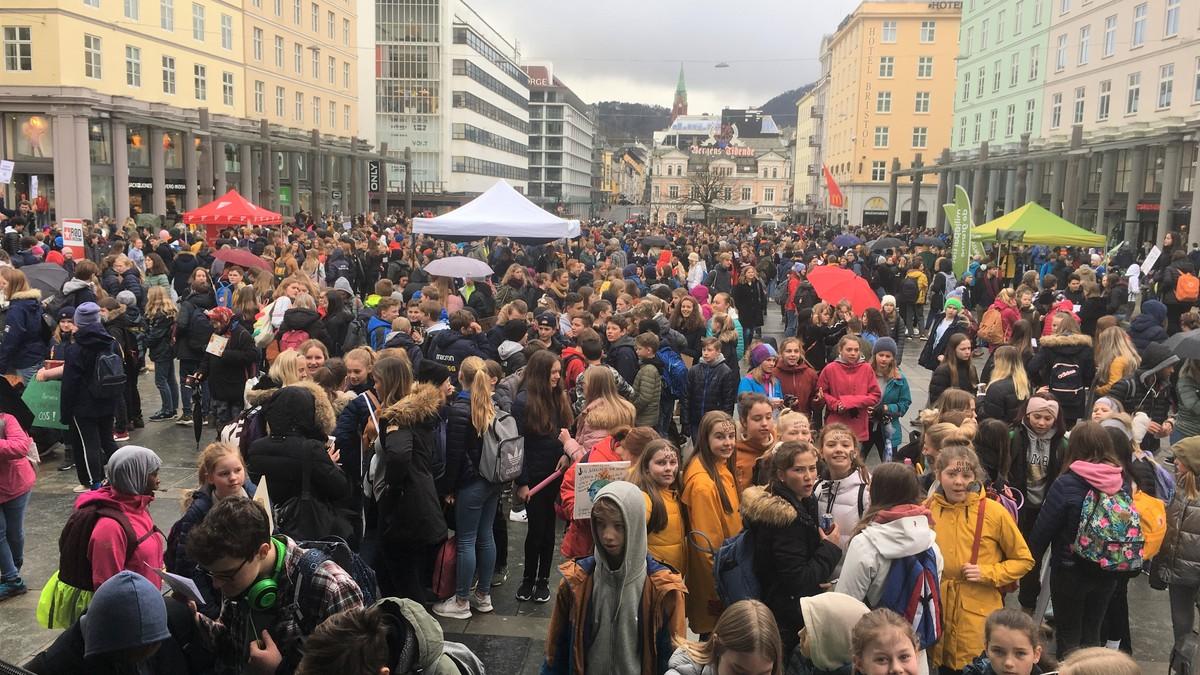 TUSENVIS: Hele Torgalmenningen i Bergen er fylt av streikende elever torsdag.