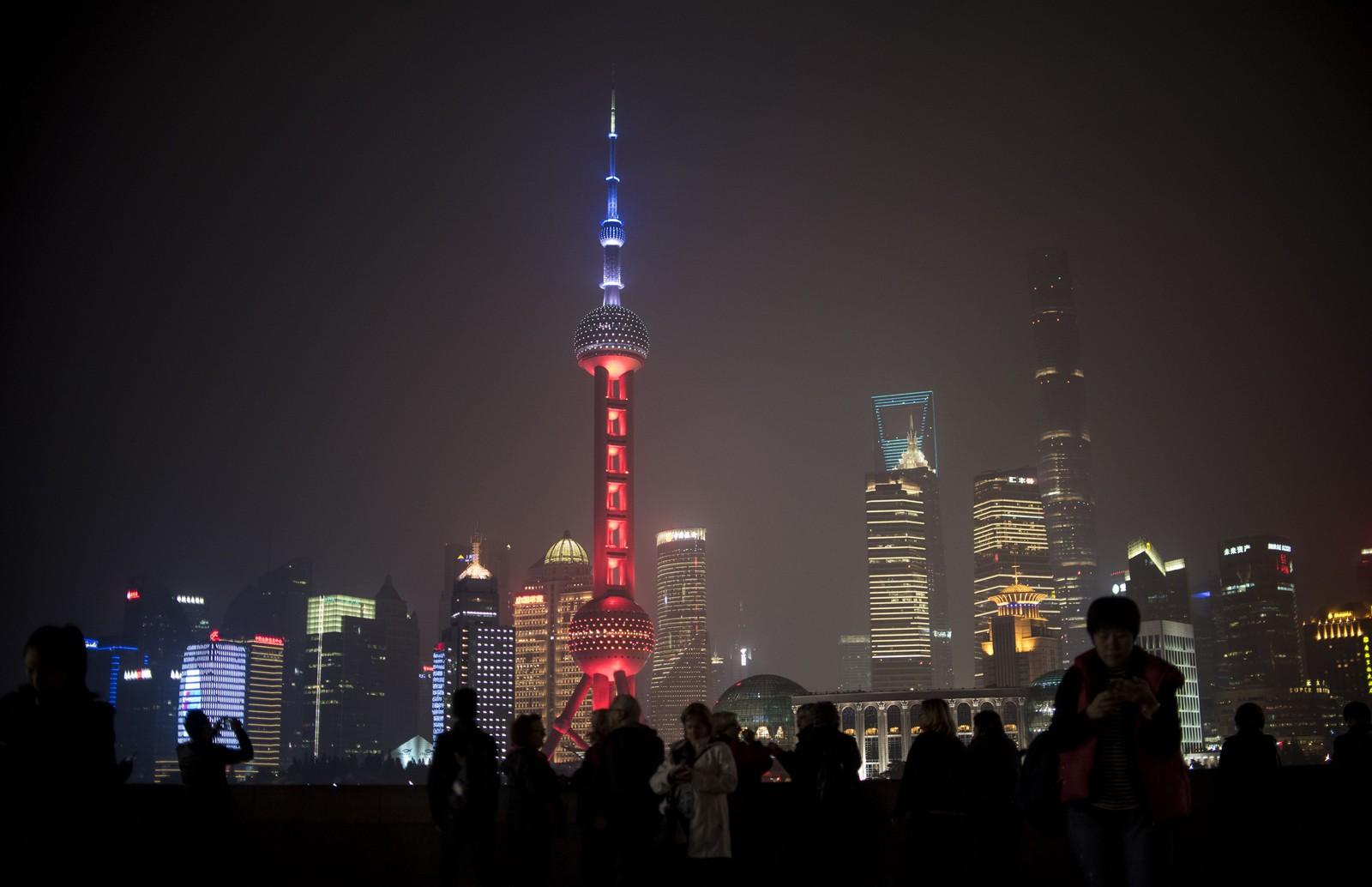 I Shanghai lyses TV-tårnet «the Oriental Pearl» opp i Frankrikes farger. TV-tårnet ligger i finansdistriktet Lujiazui i Pudong og symboliserer solidaritet.