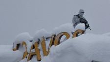 Skarpskytter på plass som en del av sikkerhetsoppbudet på det topptunge møtet i Davos, men store mengder snø gjør oppdraget deres utfordrende.